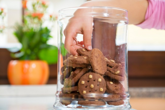 hand-in-glas-voller-cookies